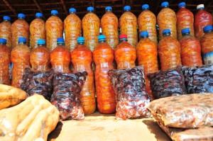 geschnittenes Obst in recycelten PET-Flaschen
