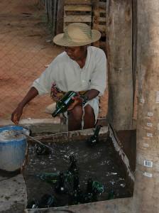 Die Flaschen werden gewaschen