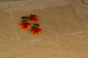 Blüten zur Verzierung werden aufgelegt