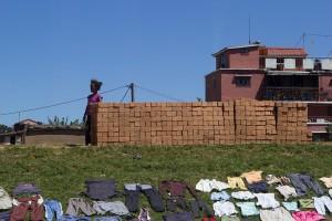 Ziegelsteine in Antananarivo, am Straßenrand gestapelt zum Verkauf
