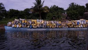 Boot voller Kohlesäcke auf dem Canal des Pangalanes