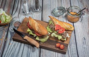 Bild eines Sandwichs mit Salat, Tomaten gebratenen Rindfleisch in Sauce